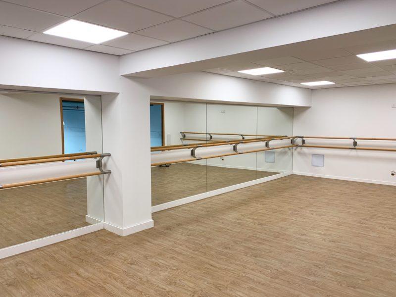 Salle de Pilates et Yoga avec miroirs toute hauteur et barre de danse