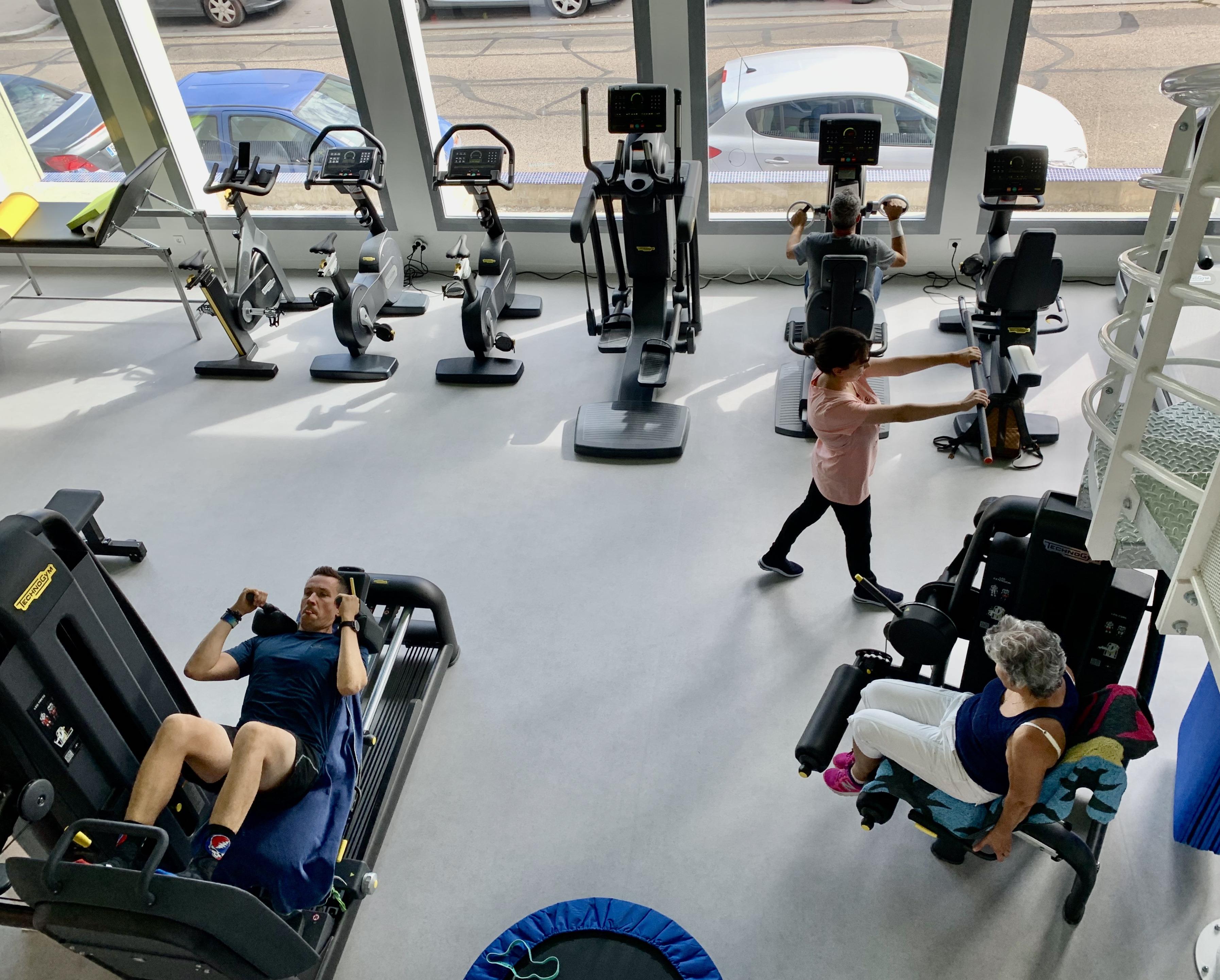 Vue plongeante de la salle de sport du Pôle Santé Kiné Sport à Lyon 9 Vaise